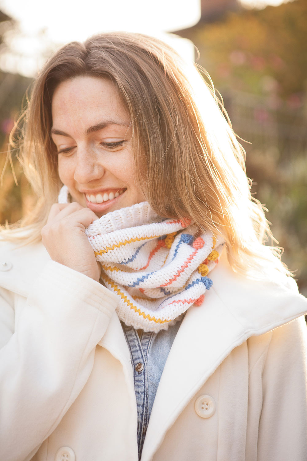 Easy cowl with stripes and a single columns of colourful bobbles.
